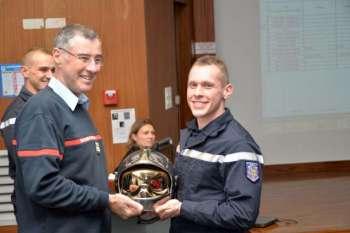 Le sapeur Romain Delarue a reçu son casque des mains du lieutenant-colonel Fernandez