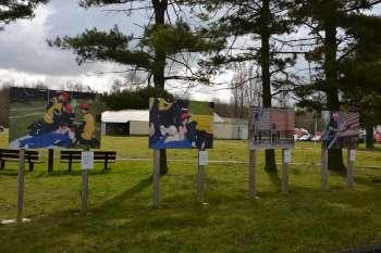 Les panneaux entourent la place d'honneur de l'école