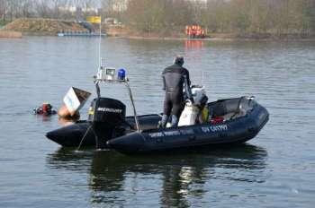 Début de la manoeuvre de reconnaissance autour d'un véhicule emporté par les eaux
