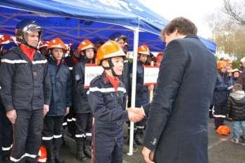 remise de casques aux jeunes sapeurs-pompiers